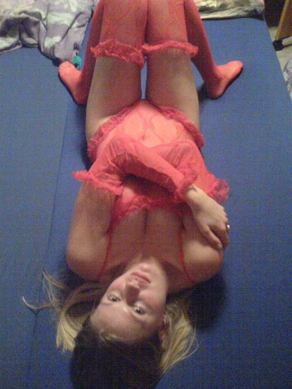 Девка в красном корсете лазит по полу и соблазняет мужа