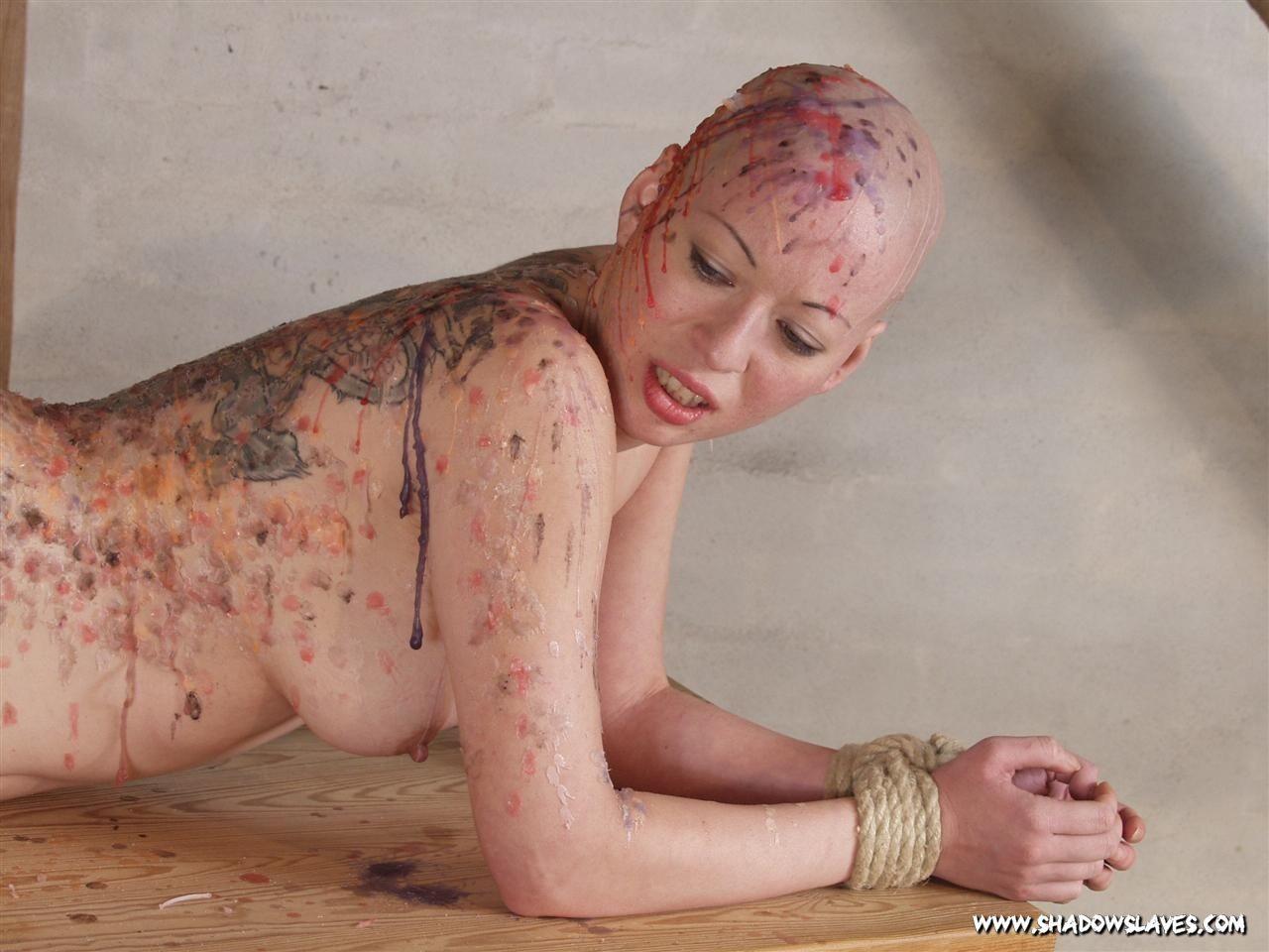 Лысая голая телка в краске улыбается перед своим мужиком