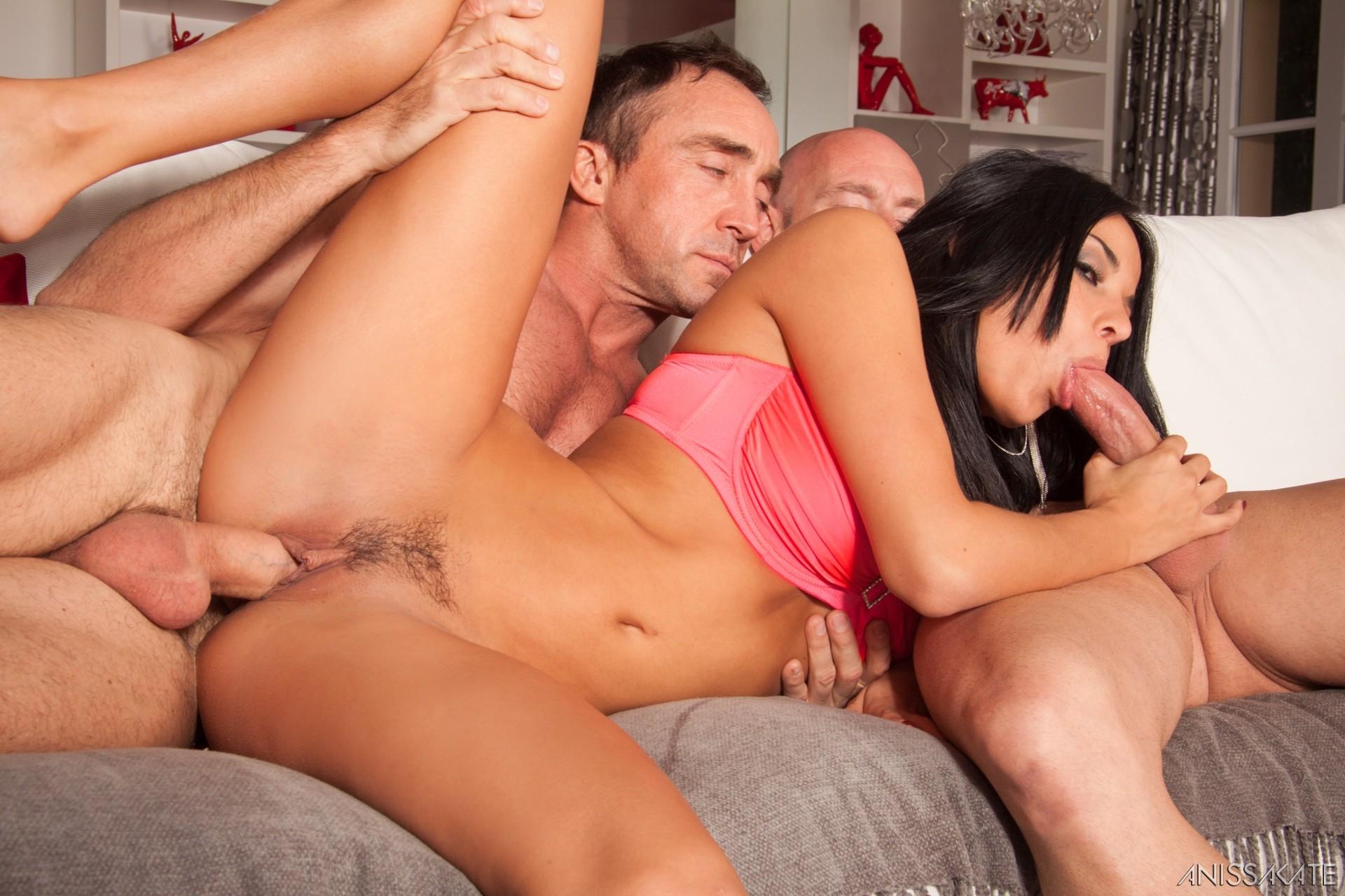 Мужик со своим другом жарят елитную проститутку в два ствола