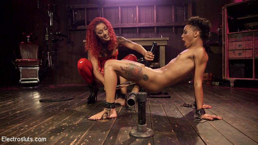 Две темнокожие девушки занимаются БДСМ лесбийским сексом