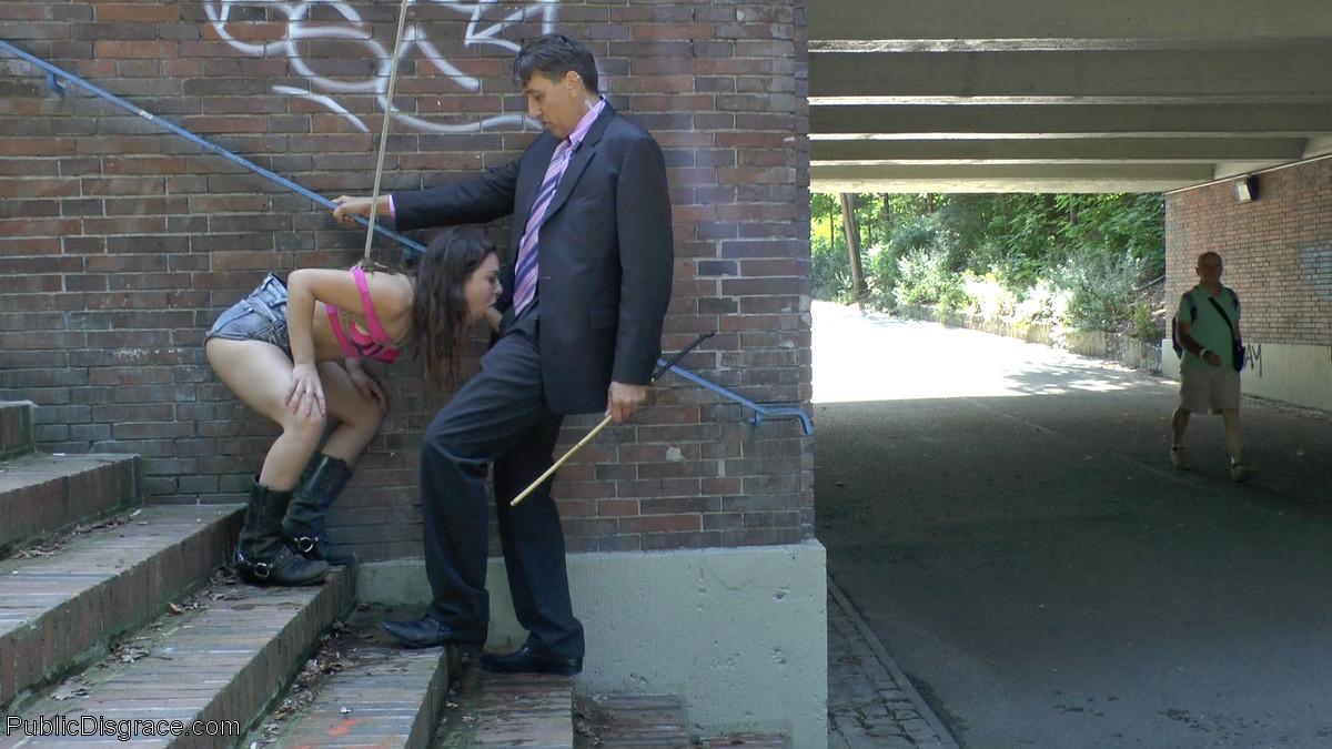 Молодая красотка показывает свое тело прямо на улице, а затем оказывается оттраханной группой мужчин
