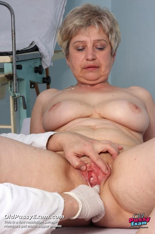 Женщина доверяется опытному специалисту – она разрешает произвести полный осмотр своего тела