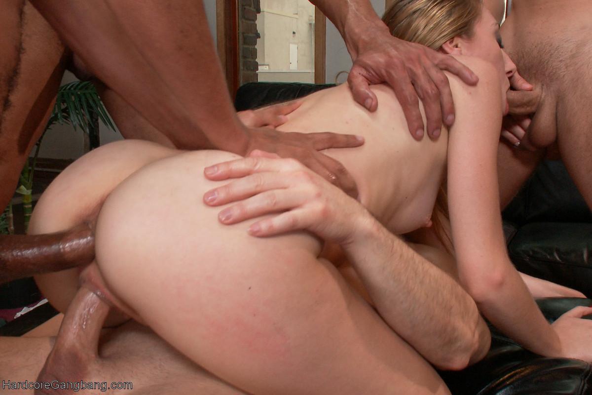 Развратная телочка готова вытерпеть многое, поэтому принимает на себя нескольких мужчин сразу