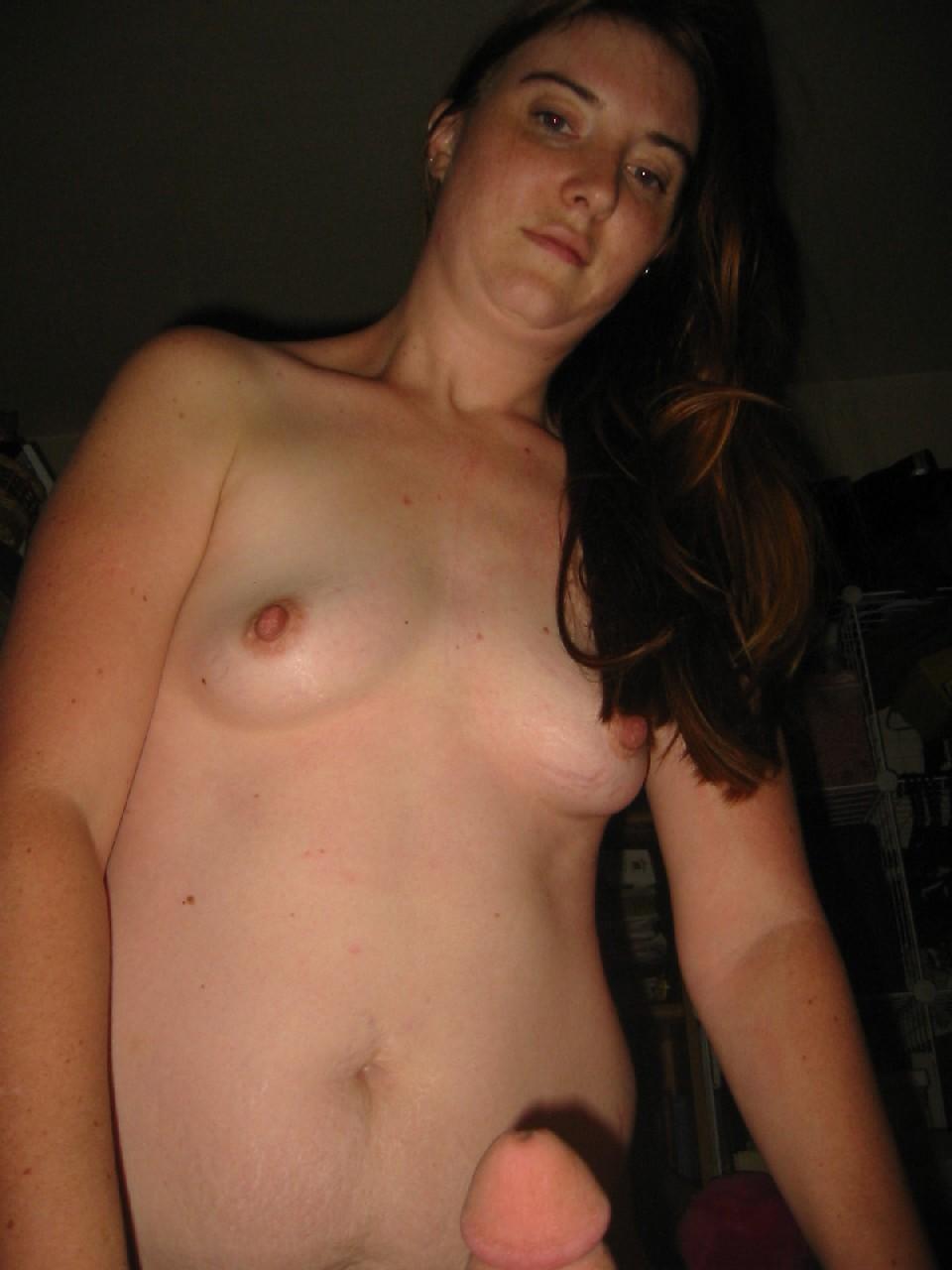 Зрелаятелка с рыжей пиздой сосет хуй и показывает свою грудь клиенту