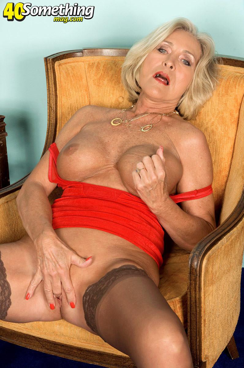 Женщина в преклонном возрасте показывает свое хорошее тело