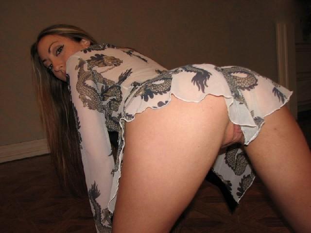 Красивая девушка показала свои голые сиськи и засунула в пизду свою игрушку