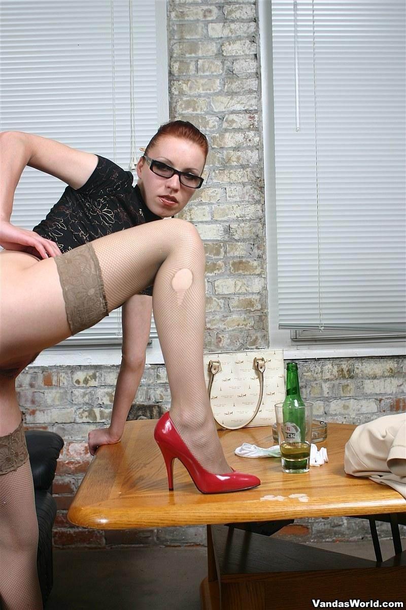 Ванда - рисковая женщина, которая может позволить себе многое, даже вставить бутылку дном