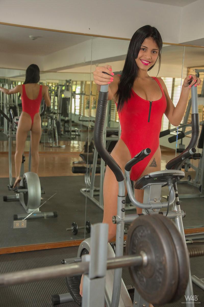 Денис Гомез занимается в спорт-зале и показывает свое идеальное тело с загорелой кожей – она очень сексуальна