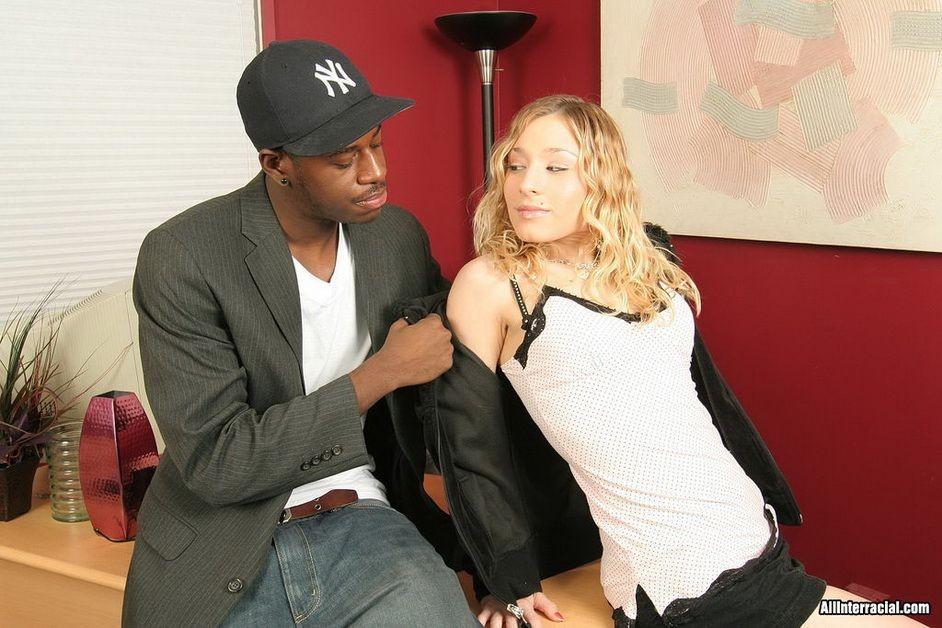 Блондинка Кайла Мари трахнулась с чернокожим курьером в кепке в своем офисе, прямо на столе