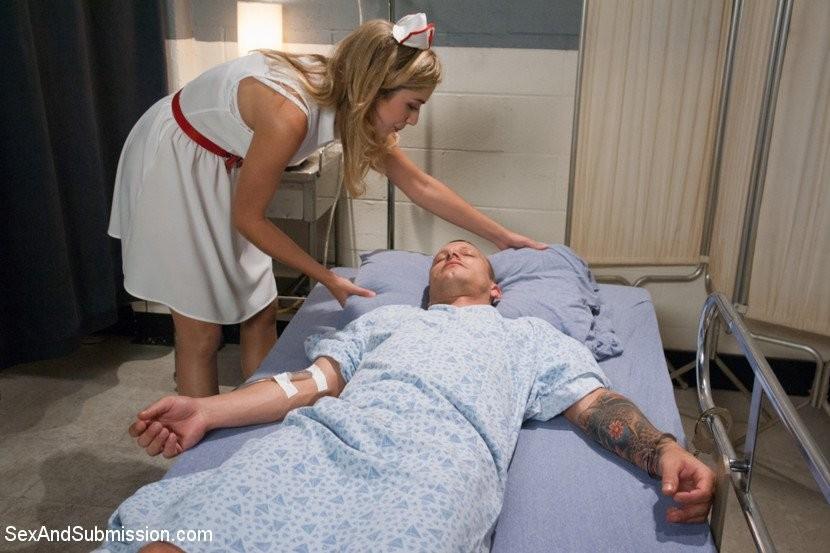 Медсестра Лия Лор готовила пациента к срочной операции, но ему внезапно стало лучше и он ее трахнул на кушетке