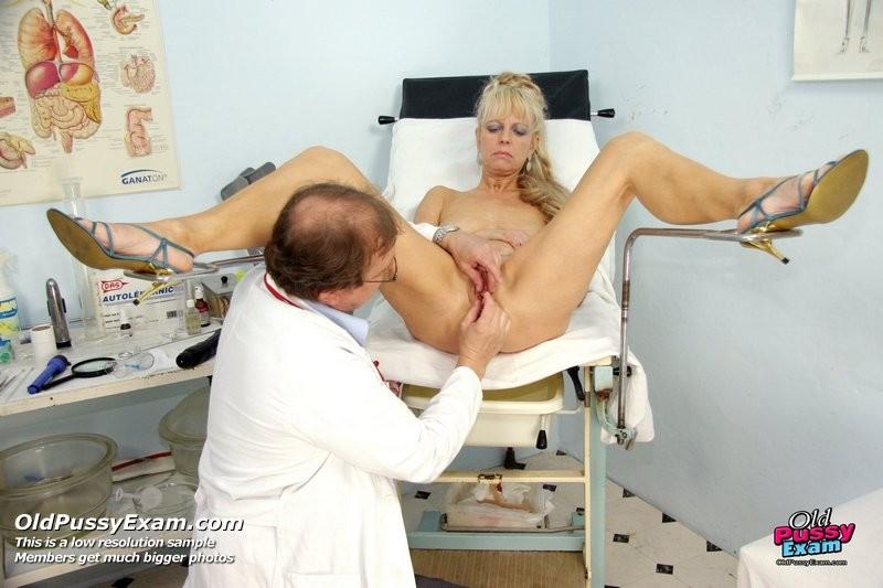 Доктор заботливо принимает свою пациентку и дает себя рассмотреть со всех сторон, не стесняясь своего тела