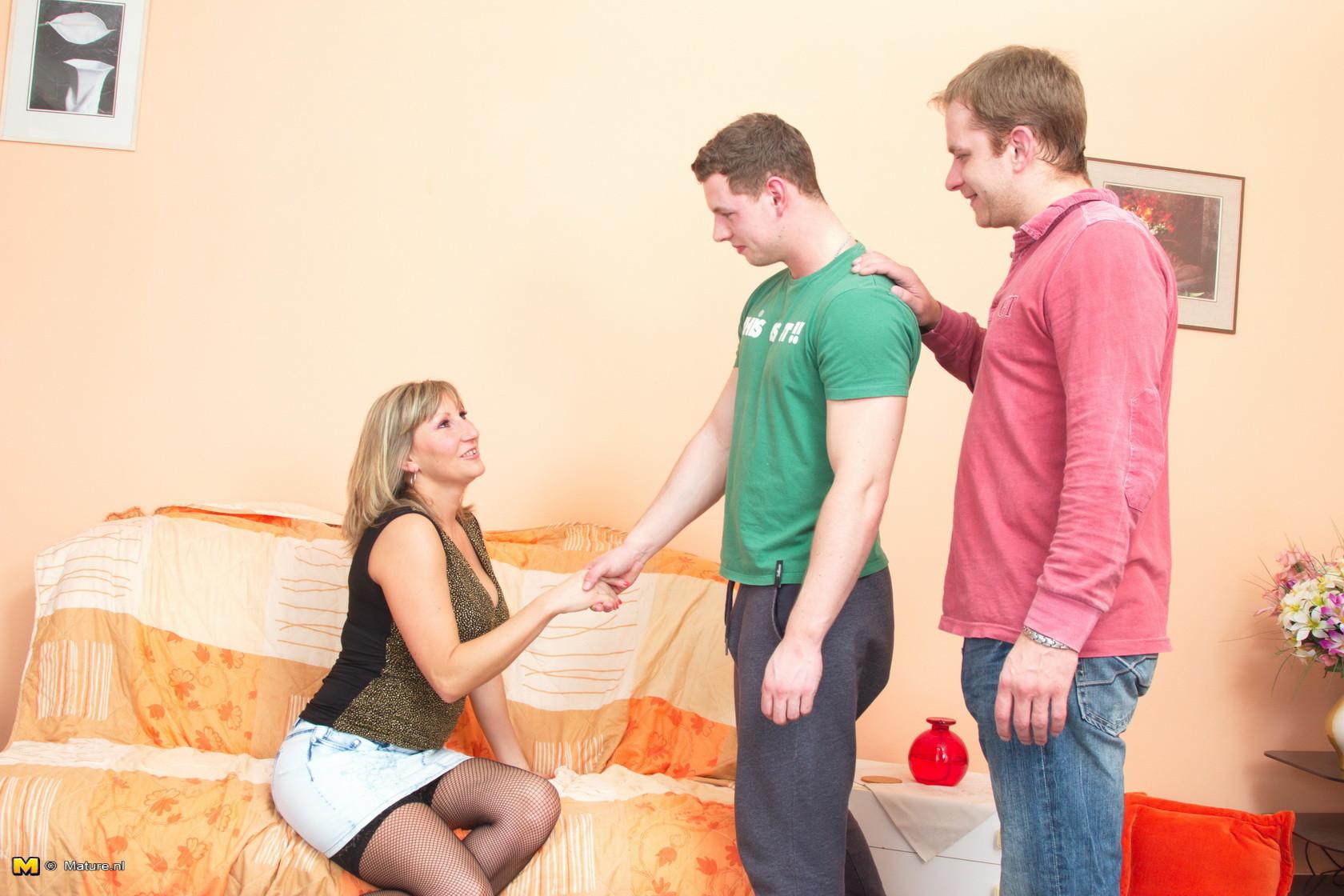 Зрелая телка совращает парней, которые решают устроить настоящую групповую оргию