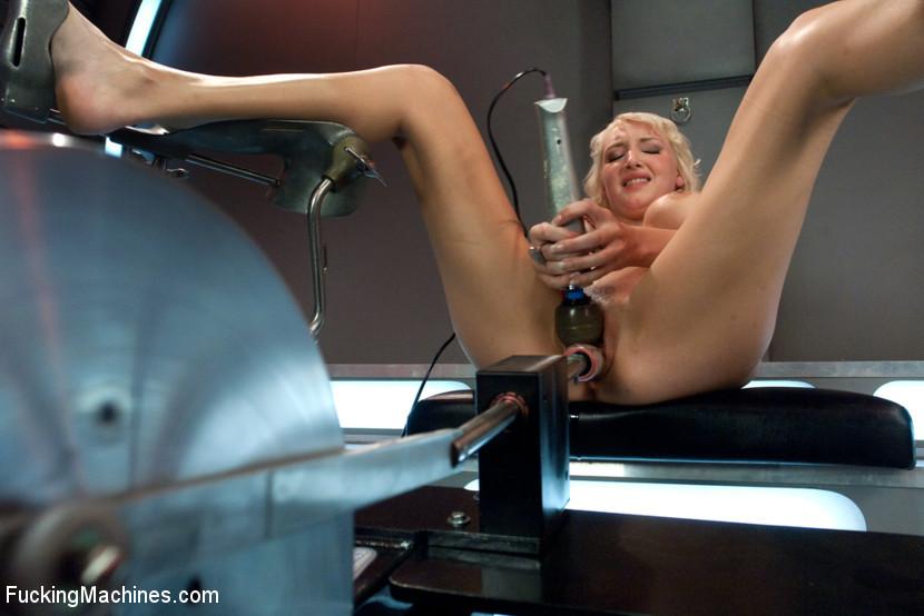 Секс-машина долбит симпатичную женщину, доводя ее тело до безумного экстаза