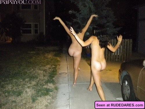 Пьяные неразборчивые девки развлекаются: показывают с удовольствием свои сочные сиськи