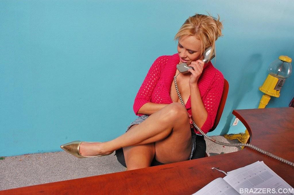 Красивая бизнесвумен Чарли Паркер предпочитает ебаться со своим заместителем и сосать ему хуй в рабочее время