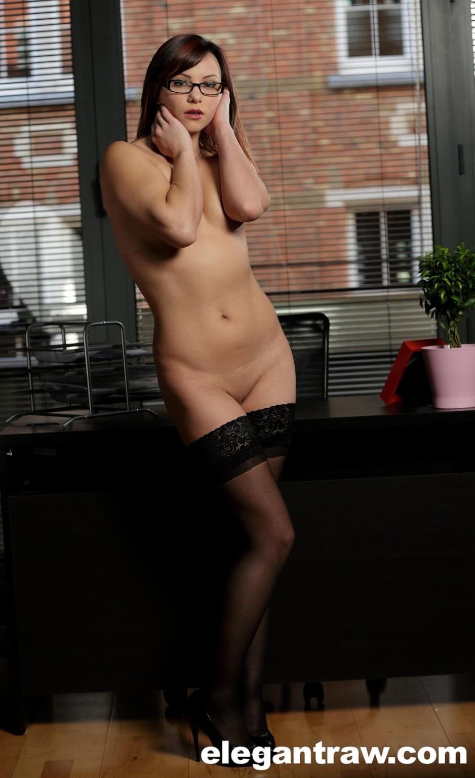 Парни удовлетворяют телку - своего босса, она любит трахаться в два пениса и при этом использовать вибратор