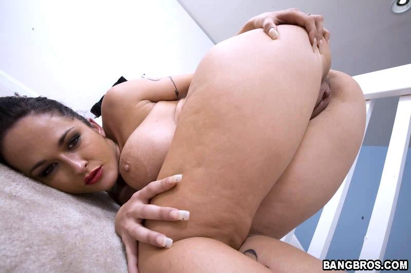 Дамочка с огромными буферами показывает свой опыт, надрачивая мужской член руками