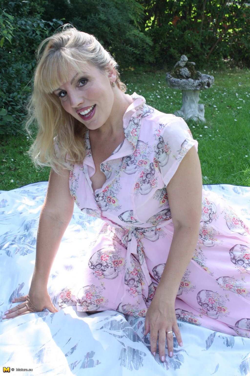 Сексуальная британская красотка показывает свое сексуальное тело, пользуясь опытом