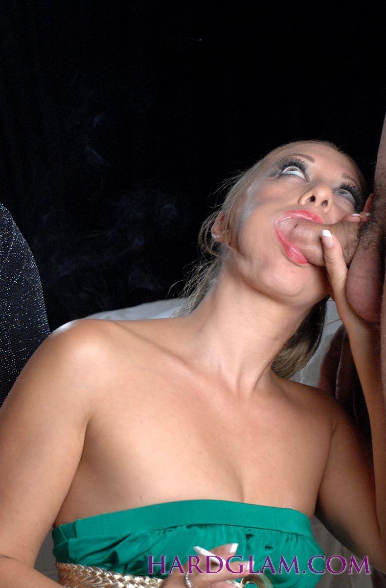 Лесбиянки с сигаретами в руках лижут лысый член паренька