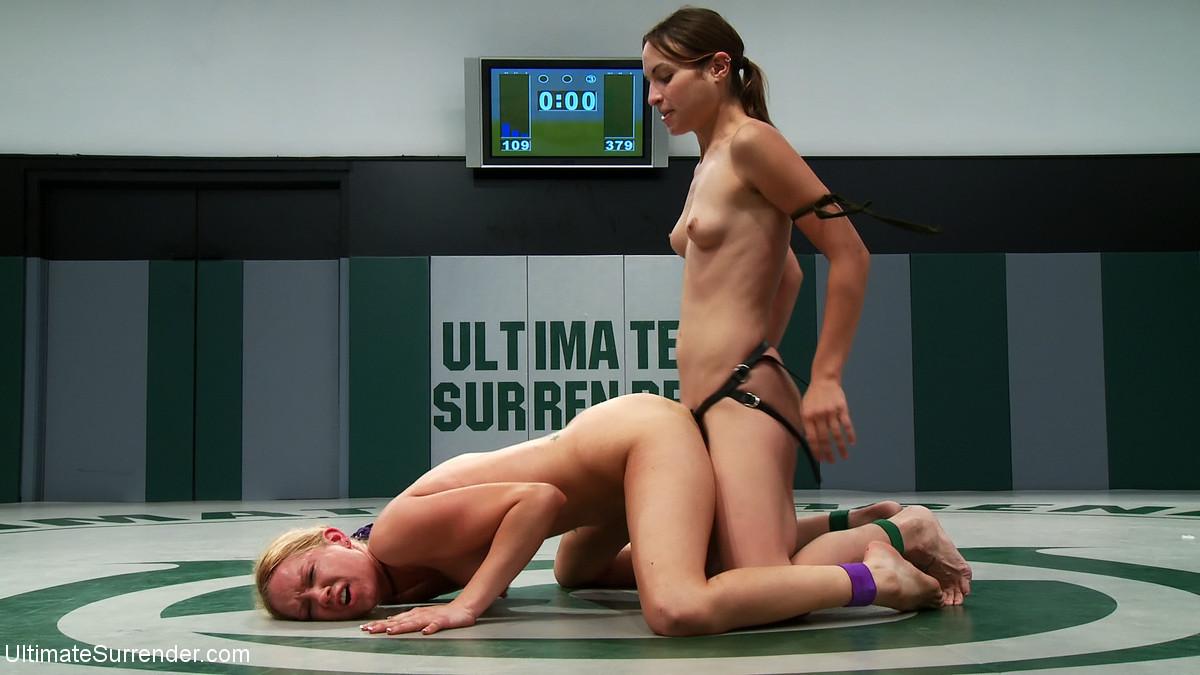 Девушки боролись на ринге и им захотелось немножко расслабиться