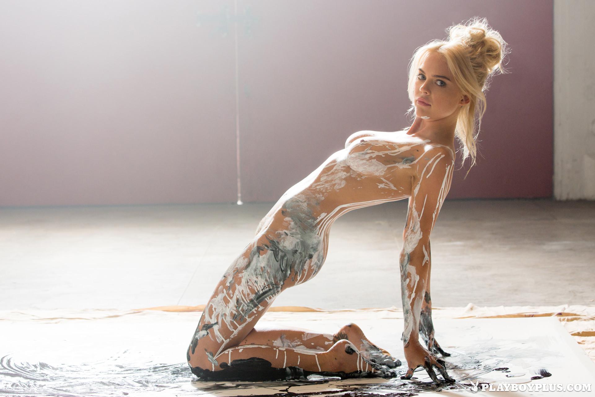 Рэйчел Харрис смотрится очень сексуально, когда ее тело оказывается полностью облитым краской