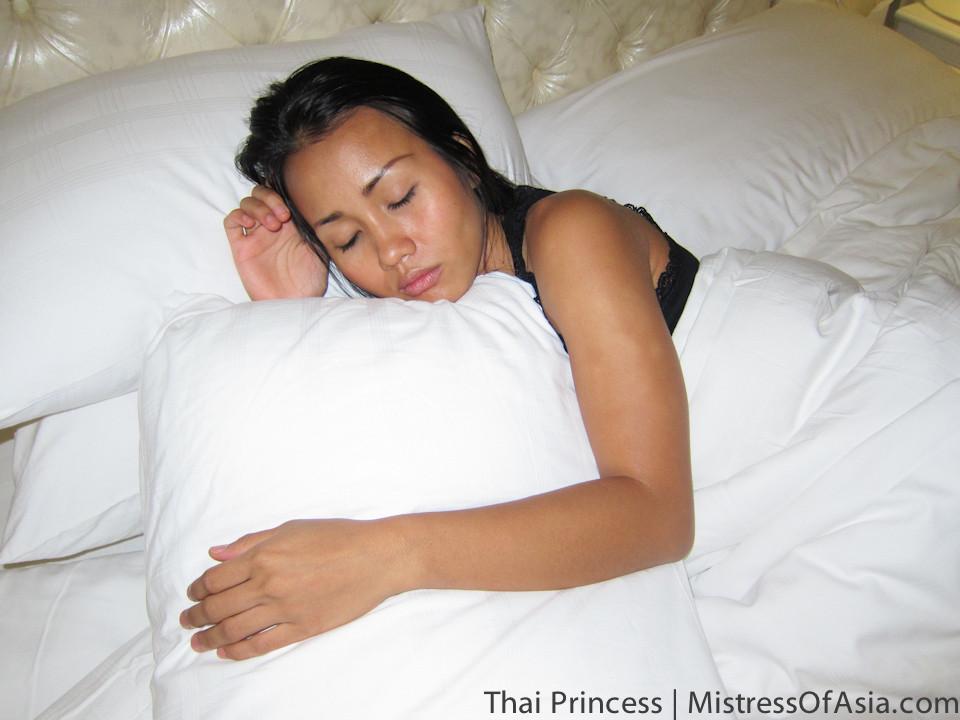 После бурной ночки молоденькая азиатка очень сильно хочет спать