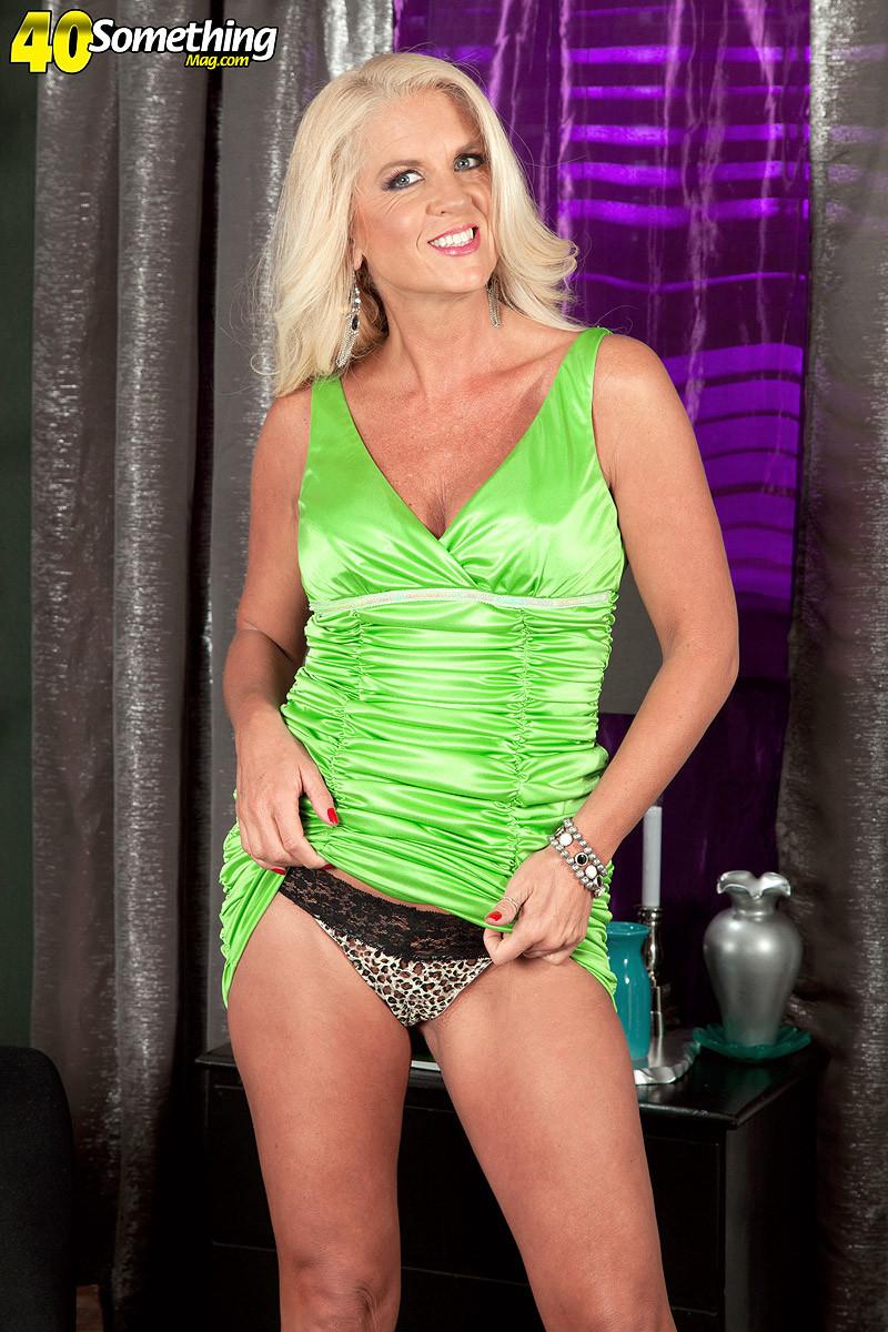 Скромная блондинка снимает с себя леопардовое белье на камеру