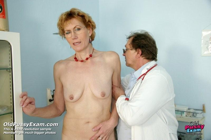 Мила приходит к врачу, чтобы раздвинуть перед ним ноги и показать все свои интимные зоны