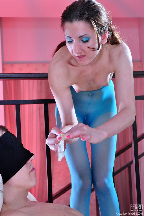 Девушка в синих колготках решает отдаться мужчине, не снимая капрон – его это очень возбуждает