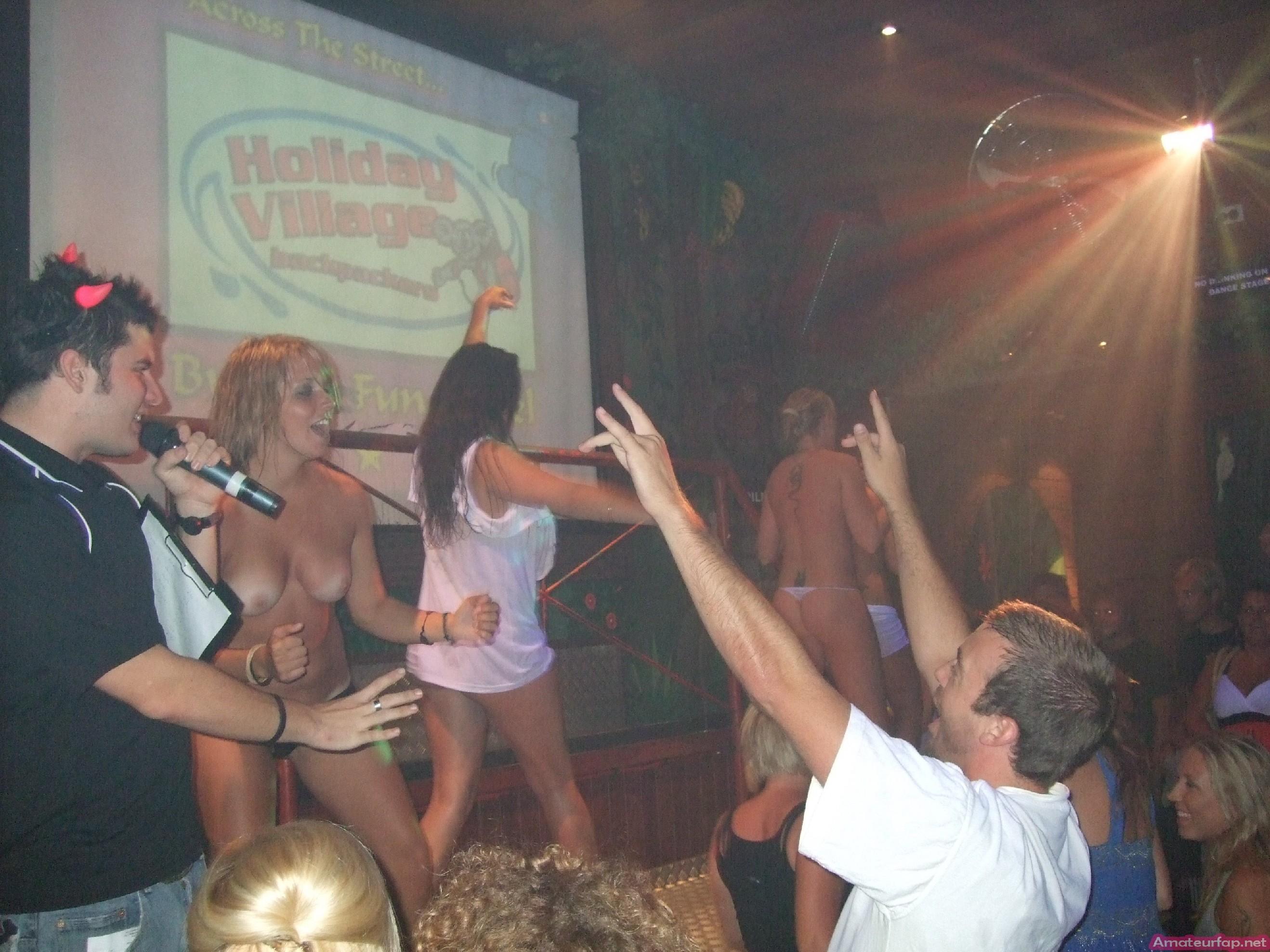Обнаженные девушки в клубах и на тусовках в пьяном состоянии показывают сиськи