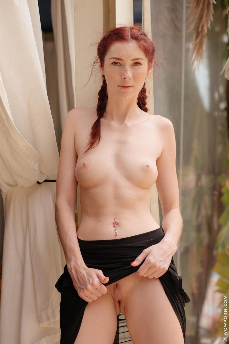 Кэтти Голд – рыжеволосая худышка, которая показывает все свои интимные зоны, ничего не стесняясь