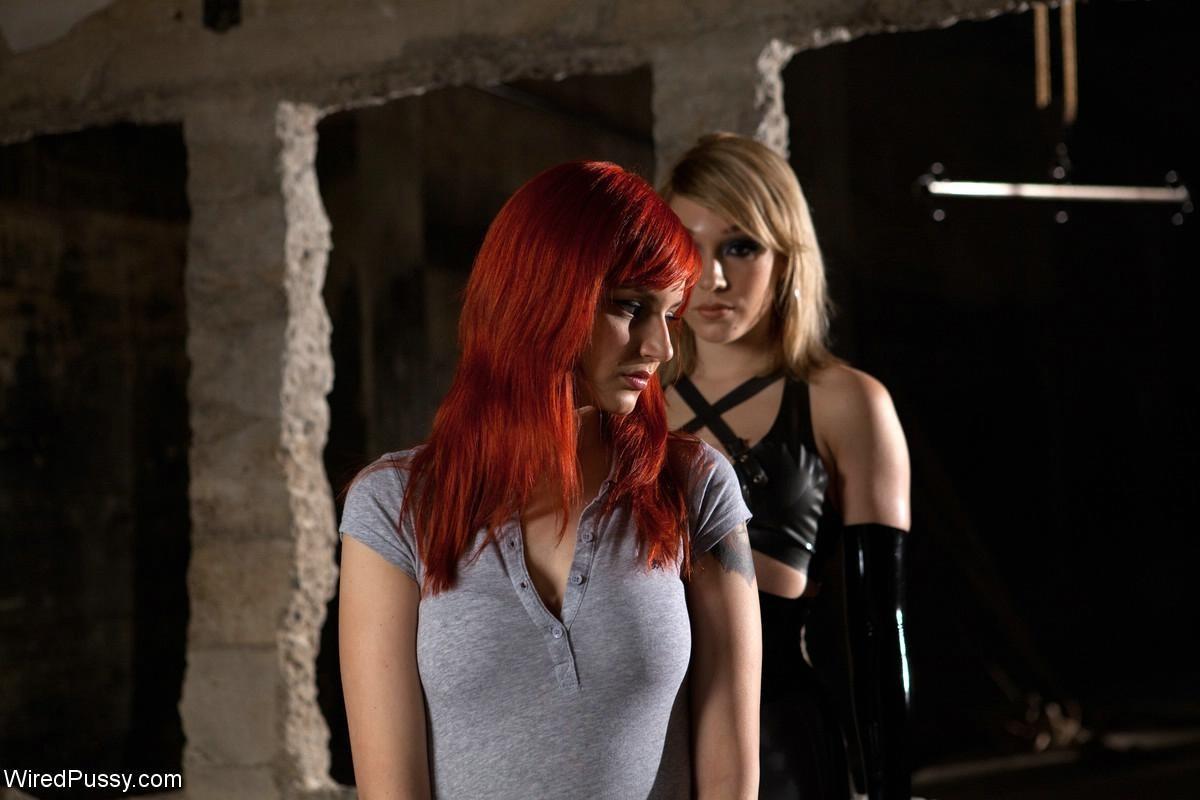 Рыжая рабыня выполняет все требования своей госпожи, эти лесбиянки любят играть в БДСМ на заброшенных стройках