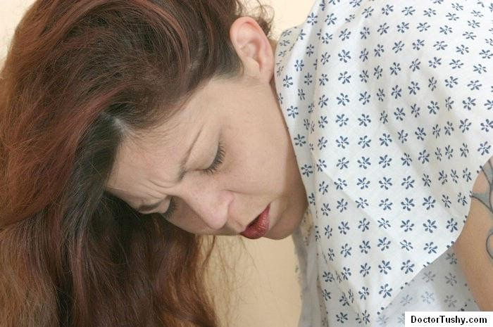 Женщина приходит на клизму и мужчина-врач с удовольствием вставляет трубочку в ее анус