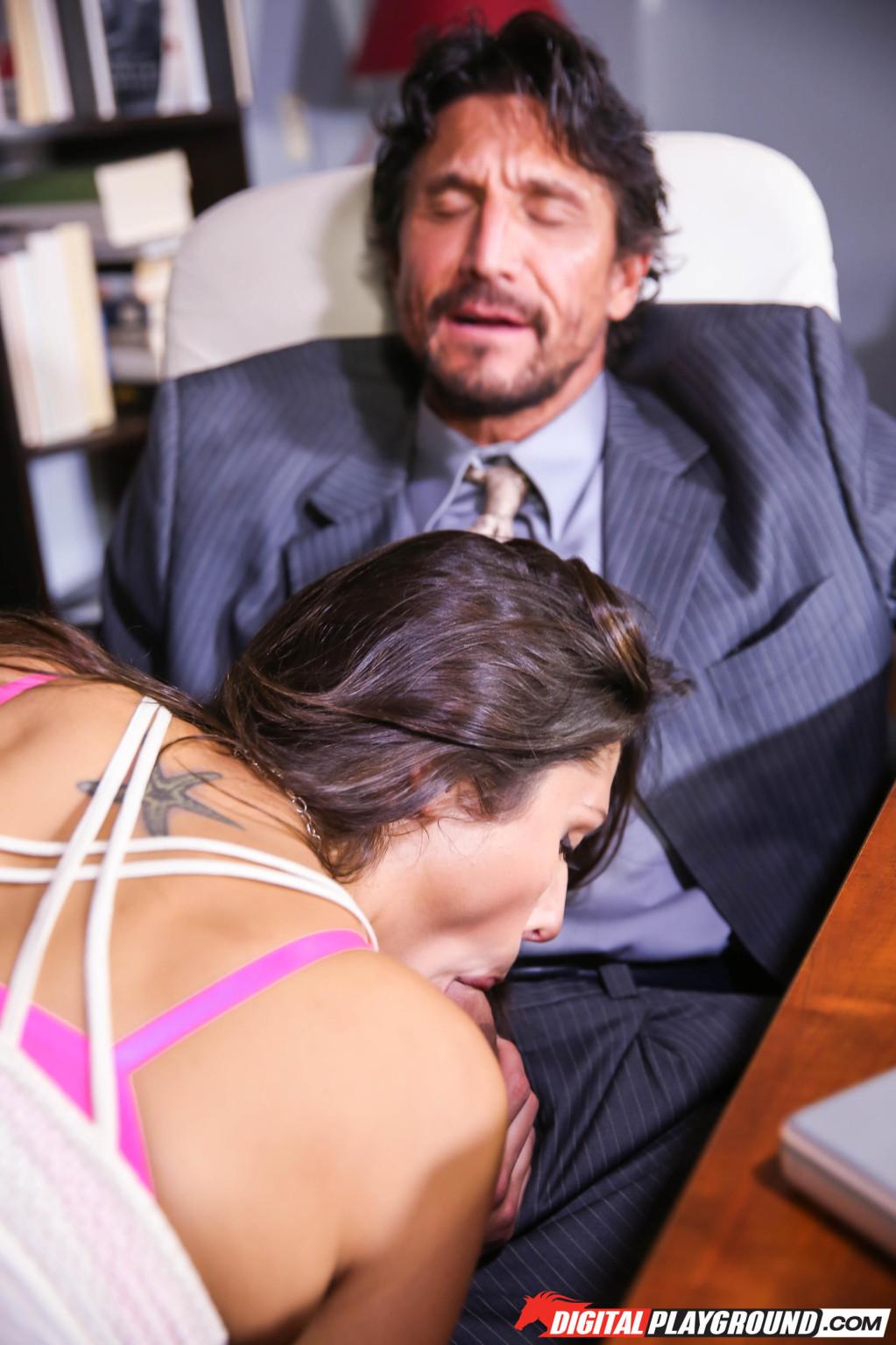 Брюнетка зашла на работу к своему бойфренду, отсосала хуй, а потом он ее выебал на столе