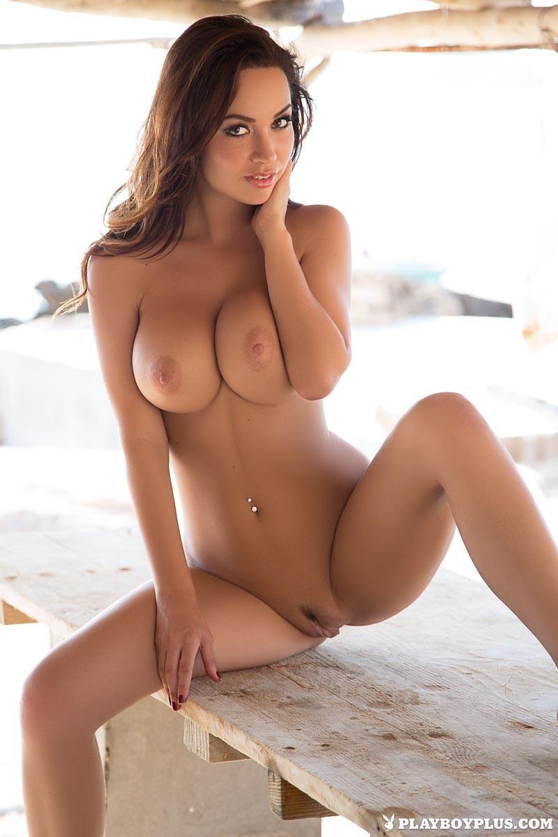 Адриен Левай показывает своё сексуальное тело в бикини и демонстрирует аккуратную дырочку