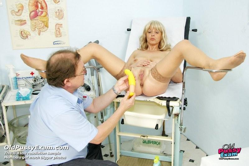 Старая женщина на приеме у гинеколога бурно кончает