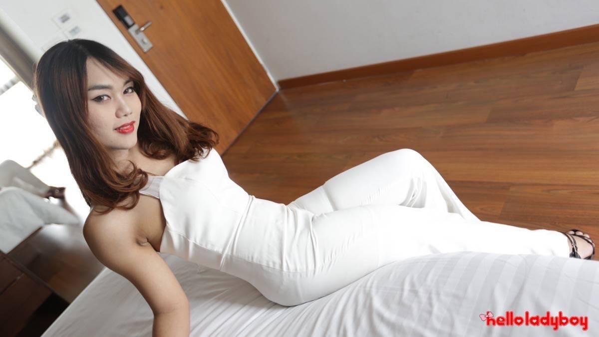 Девушка показывает свое нежное азиатское тело, а затем демонстрирует наличие мужского члена