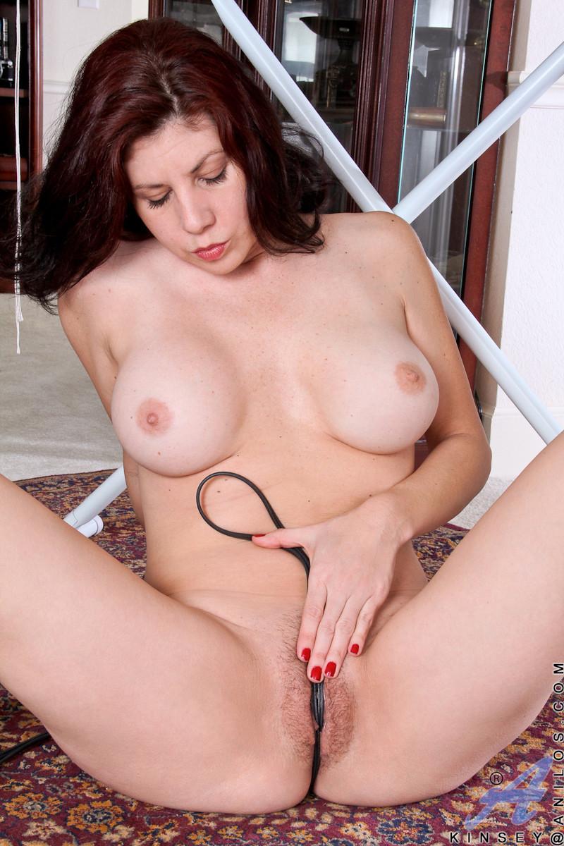 Сисястой домохозяйке нравится пережимать свои дойки шнуром от утюга и натягивать его между ног