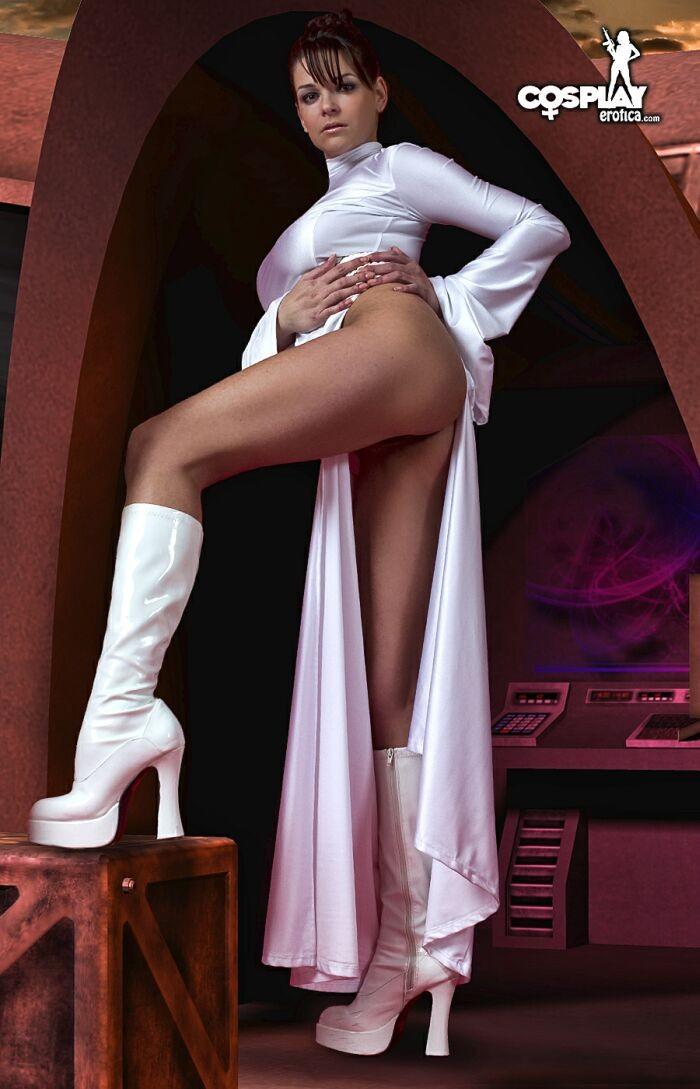 Сексуальная красотка участвует в фотосессии, где она показывает свое тело – легкая эротика понравится многим