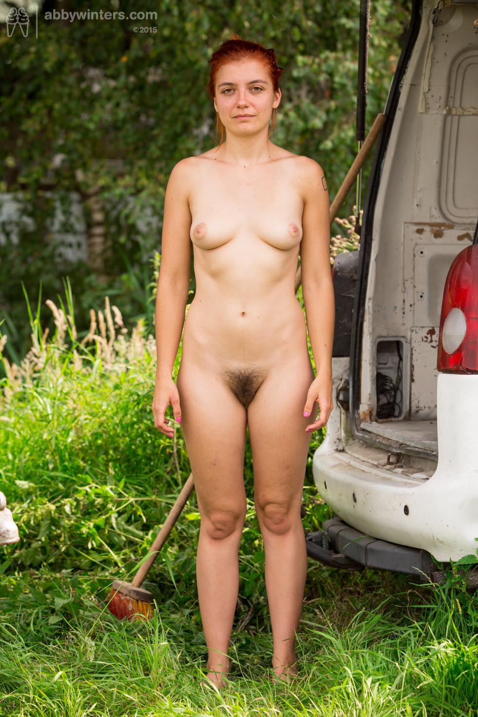 Эбби Винтерс показывает свою мохнатую пизденку