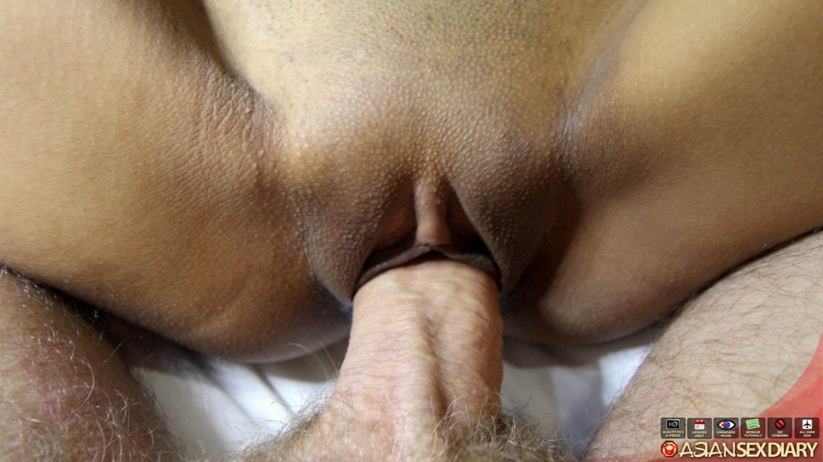 Большой пенис проникает в узенькую вагинальную дырочку азиатской шмары