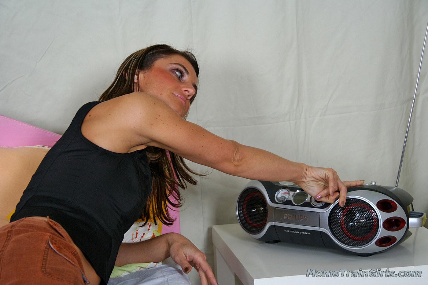 Девушки решают устроить оргию друг с другом, применяя различные игрушки из секс-шопа