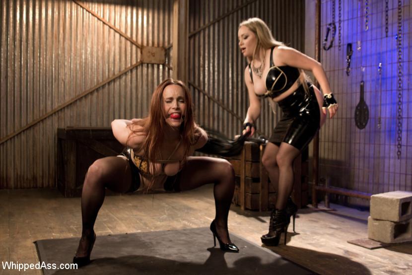 Лесбиянка трахает свою подругу при помощи толстого резинового члена, дамочка орет от удовольствия