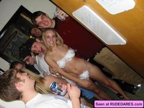 Когда девушки напиваются, то с удовольствием показывают свои бритые пезды абсолютно всем