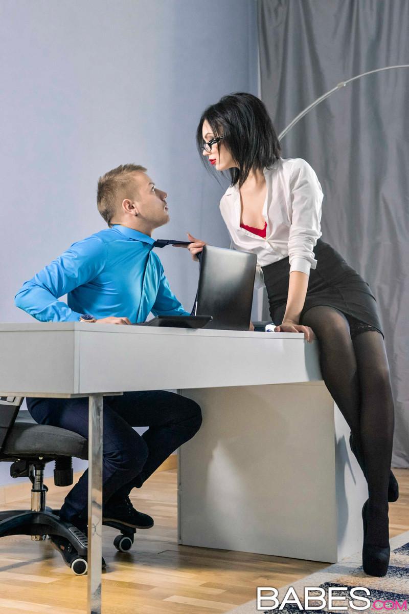 Шери Ви давно хотела дать повышение своему лучшему сотруднику, но чтобы доказать свою профпригодность, ему пришлось трахнуть начальницу