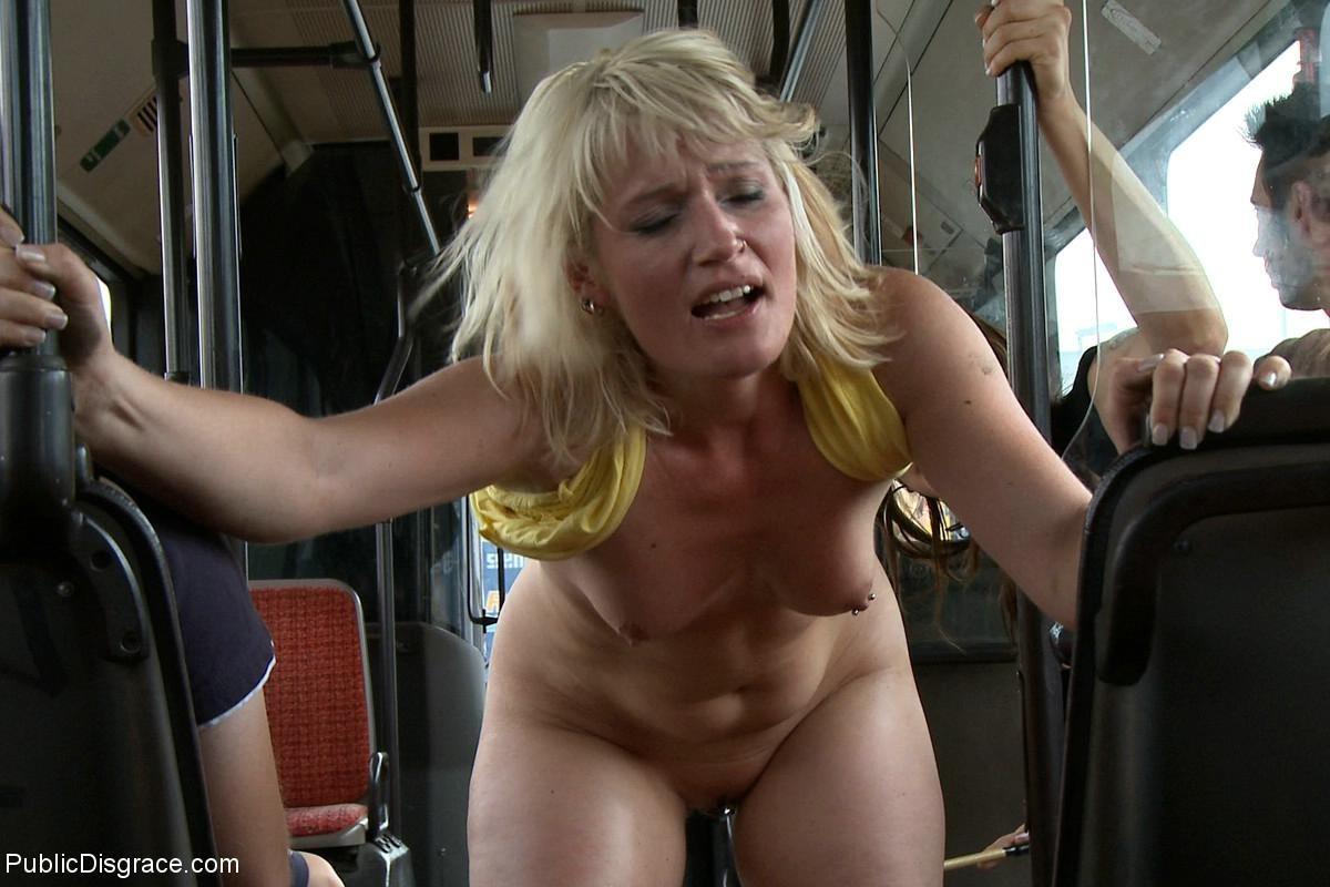 Голую блондинку имеют все пассажиры автобуса, которые хотят слить свою сперму на незнакомку