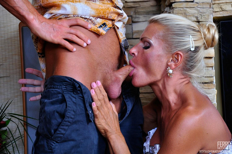 Зрелая блондинка целуется с симпатичным парнем, после чего садиться на его мощную кожаную биту