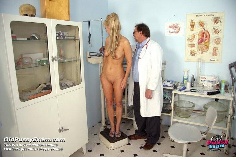 Зрелая блондинка садится на гинекологическое кресло и дает близко рассмотреть все свои дырочки