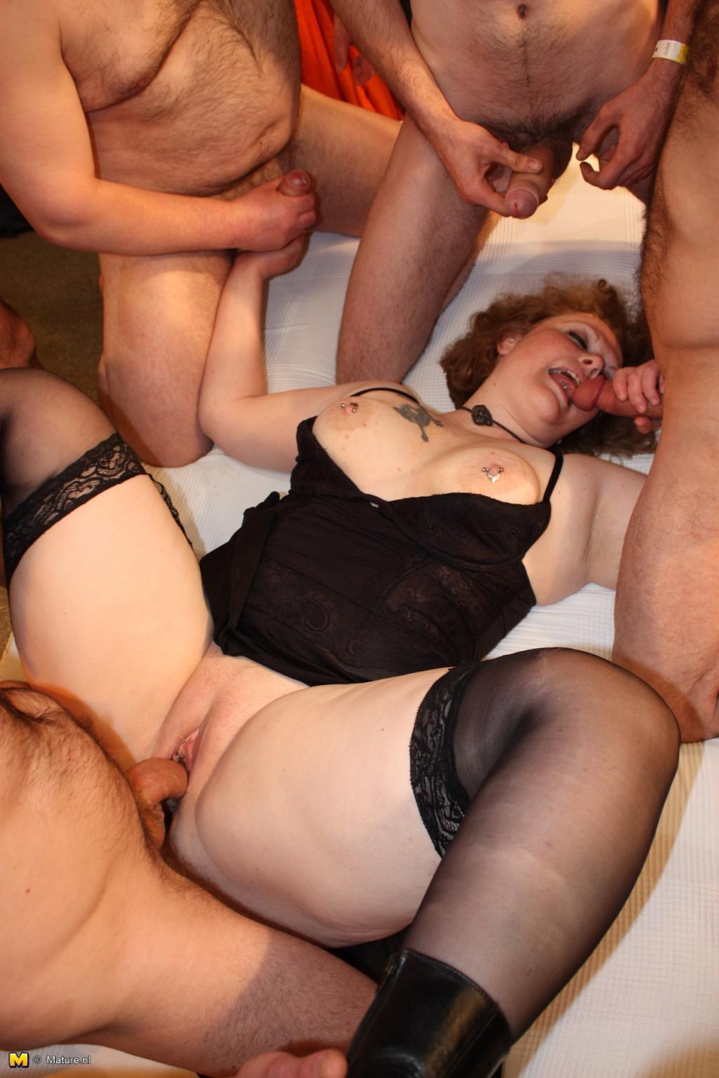Жена мастурбирует пока мужа нет порно фото