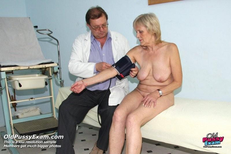 Женщина подставляет свою пизду для осмотра гинекологом и рада, когда ей вставляют вибраторы
